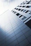 Stads- multi-story modernt hus. arkivbild