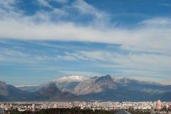 Stads- och bergbakgrund Arkivfoto