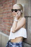 Stads- och gullig flicka som talar på telefonen Arkivbilder