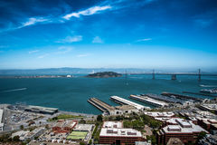 Stads- och havsiktslandskap Arkivfoto