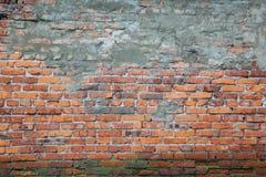stads- orange tegelstenvägg för bakgrund med cementlappen och sprickor fotografering för bildbyråer
