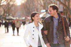 Stads- par som går på La Rambla Barcelona royaltyfri foto
