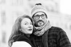 Stads- par som ser i olika sidor lycklig familj Le kvinnan och mannen gilla att se omkring arkivfoton