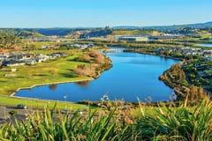 Stads- planläggning med gröna utrymmen En förort i Tauranga, Nya Zeeland Arkivfoto