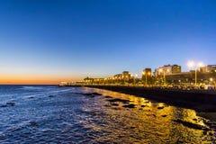 Stads- plats för kust- natt, Montevideo, Uruguay Arkivfoton