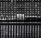 Stads- plats för natt med reflexioner på ett vatten, nattstad med reflexioner i vatten, stads- fragmentfoto för natt, begreppsmäs Arkivbild