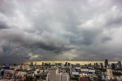 Stads- plats, häftigt regn och cloudscape i regnig dag på härlig skymning i område för område för central affär Arkivbilder