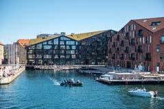 stads- plats med stadsfloden och byggnader i copenhagen, Danmark fotografering för bildbyråer