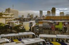 Stads- plats på framsidaavenyn, Manila, Filippinerna Buss byggnader, väg, folk, gator, stads- plats Arkivfoto