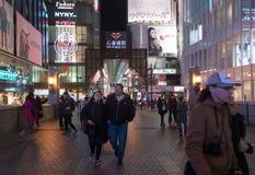 Stads- plats på natten med många personer i Osaka, Japan Arkivfoto
