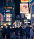 Stads- plats på natten med många personer runt om Kansai i Osaka, Ja Arkivbild