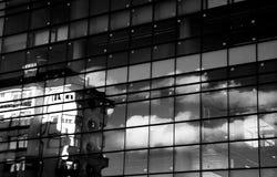 Stads- reflexioner på fönster Arkivbild