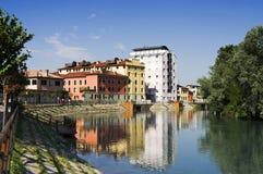 stads- reflexionsflod Arkivfoto