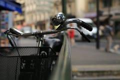 Stads- retro cyklar Royaltyfria Bilder