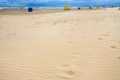 stads- sandstrand i den semesterortJurmala staden i höst arkivfoton