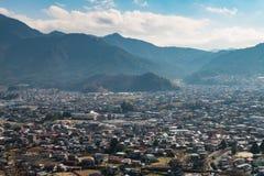 Stads scape mening van Chureito-Pagode dichtbij moutain Fuji stock foto's