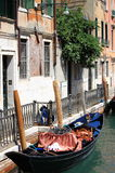 Stads- sceniskt av Venedig med gondolen Royaltyfria Bilder