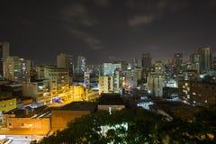 Stads- sikt av Caracas på natten med affischtavlan av Maduro nya pres Arkivfoton