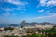 Stads- sikt av den Rio de Janeiro staden med det Sugarloaf berget royaltyfri fotografi