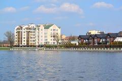 Stads- sikt med nya hus på banken av den bästa sjön Kalining Royaltyfri Foto
