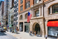 Stads- sikter av New York Gata, folk och turister på den 5th A Arkivbild