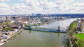 Stads- siktsfoto för antenn 4K av den Hammersmith bron i stad av London Arkivfoto