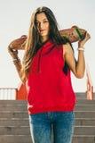 Stads- skridskoflicka med skateboarden Royaltyfria Bilder