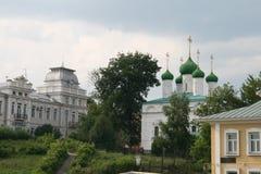 Stads- sommarlandskap med en sikt av kyrkan royaltyfri fotografi