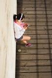 Stads- sportig ung kvinna som smsar på smartphonen fotografering för bildbyråer