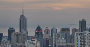 stads- stad 4k i skymning, upptagna trafikstockningar & affärsbyggnad, QingDao, porslin stock video