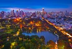 Stads- stadshorisont för natt i en grön miljö, Suan Lum, Bangkok, Thailand. Royaltyfri Foto
