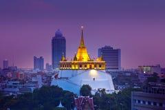 Stads- stadshorisont för natt, Saket Temple (det guld- berget), gränsmärke av Bangkok, Thailand. Fotografering för Bildbyråer