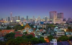 Stads- stadshorisont för natt, tempel i hjärtan av Bangkok, Thailand. Arkivfoto