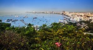 Stads- stadshorisont-, Pattaya fjärd och strand, Thailand. Royaltyfri Foto