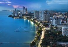 Stads- stadshorisont-, Pattaya fjärd och strand, Thailand