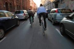 Stads- stadslivsstil - cyklist två Royaltyfri Fotografi
