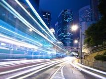 Stads- stadstrafik på natten Royaltyfria Bilder