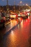 Stads- trafik i regnig natt Arkivfoton