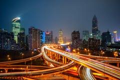 Stads- trafik med cityscape i stad royaltyfria foton