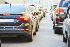 Stads- trafikstockning i en stadsgataväg arkivfoto