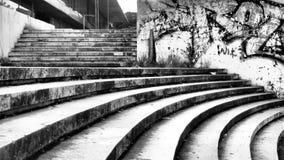 Stads- trappa med idérika grafitti åt sidan royaltyfri fotografi