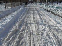 Stads- väg i snön Arkivfoton