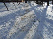 Stads- väg i snön Arkivbild