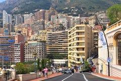 Stads- väg och bostads- byggnad i Monte - carlo, Monaco. Arkivfoto