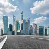 Stads- väg till och med moderna stad-Shanghai Royaltyfri Foto