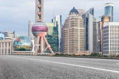 Stads- väg till och med moderna stad-Shanghai Arkivbilder