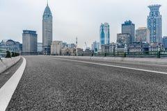 Stads- väg till och med moderna stad-Shanghai Royaltyfri Fotografi