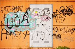 stads- vandaliserad vägg för grafitti Royaltyfri Foto