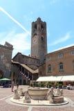 Stads vierkante Piazza Vecchia en oude stadstoren Torre Civica in Bergamo, Citta Alta Stock Afbeeldingen