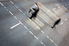 Stadsaffärsfolk som korsar en gata Royaltyfria Bilder